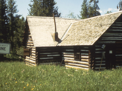 Crevice Patrol Cabin - Yellowstone - USA