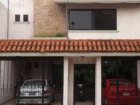 Casa Rosa en la ciudad rodeada de p