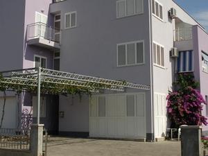 Leona Apartments